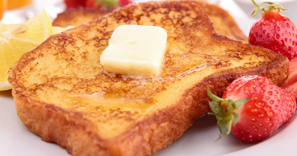 Un mic dejun ca în copilărie. Frigănele fragede cu miere și fructe