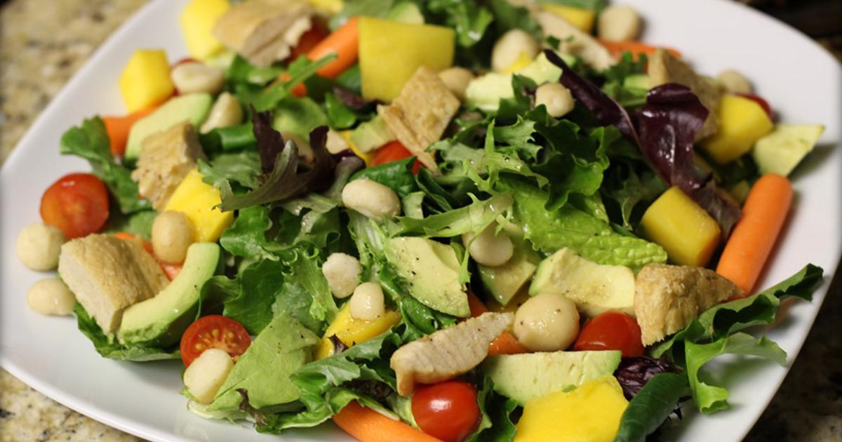 Credeai că ai încercat toate salatele de sezon? Uite cum se prepară salata hawaiiană!