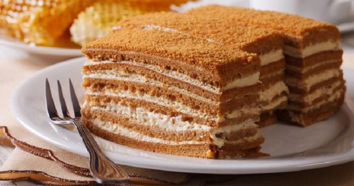 Tort cu miere rapid fără coacere. Este gata în 10 minute și îl poți servi la o mulțime de ocazii