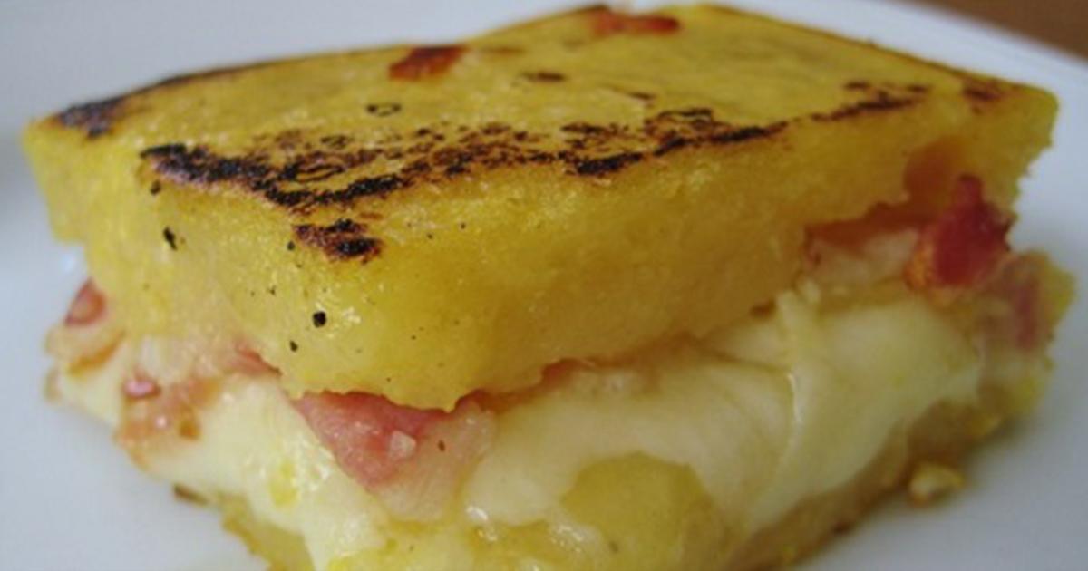 Mămăligă fiartă în lapte umplută cu mozzarella și bacon, o specialitate tradițională pe care ai putea să o mănânci non-stop!