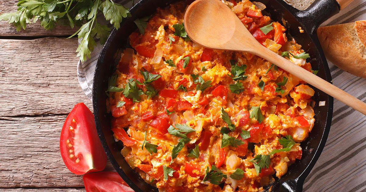 Menemen, omleta tradițională turcească. Iată ce adaugă ei în plus față de noi!