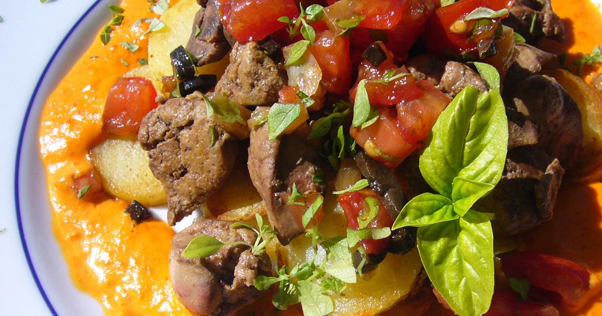 Ficăței de pui cu ardei roșii, cartofi și sos de smântână cu busuioc, un preparat delicios pe care trebuie să îl încerci