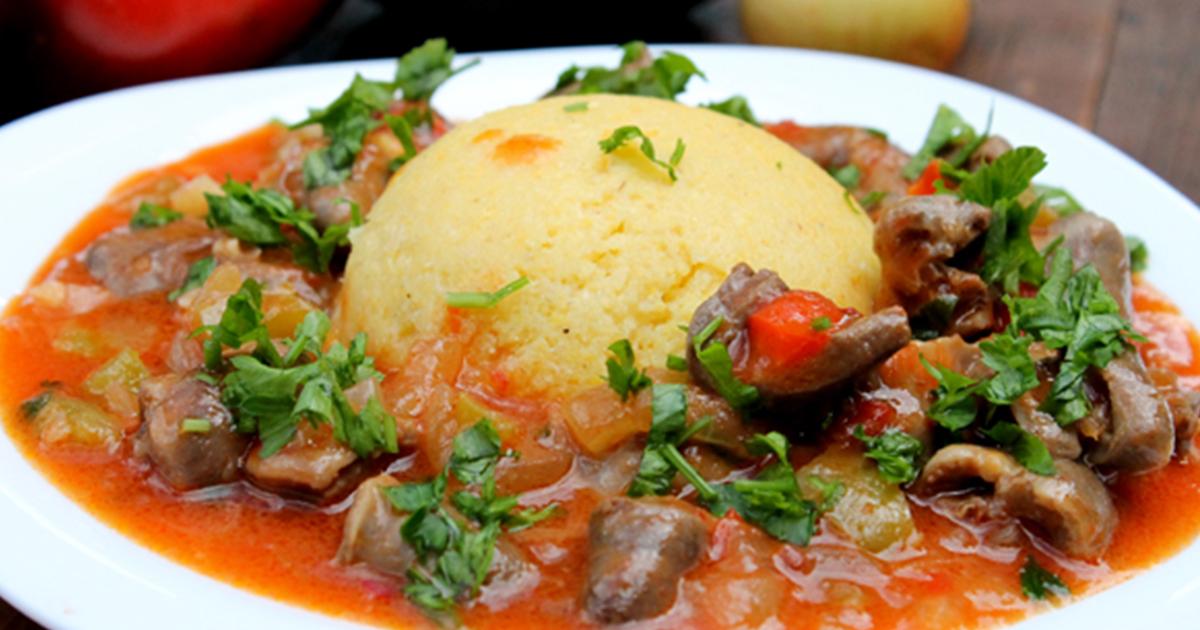 Tocănița de pipote și inimioare cu mămăliguță, un preparat tradițional pentru un prânz perfect