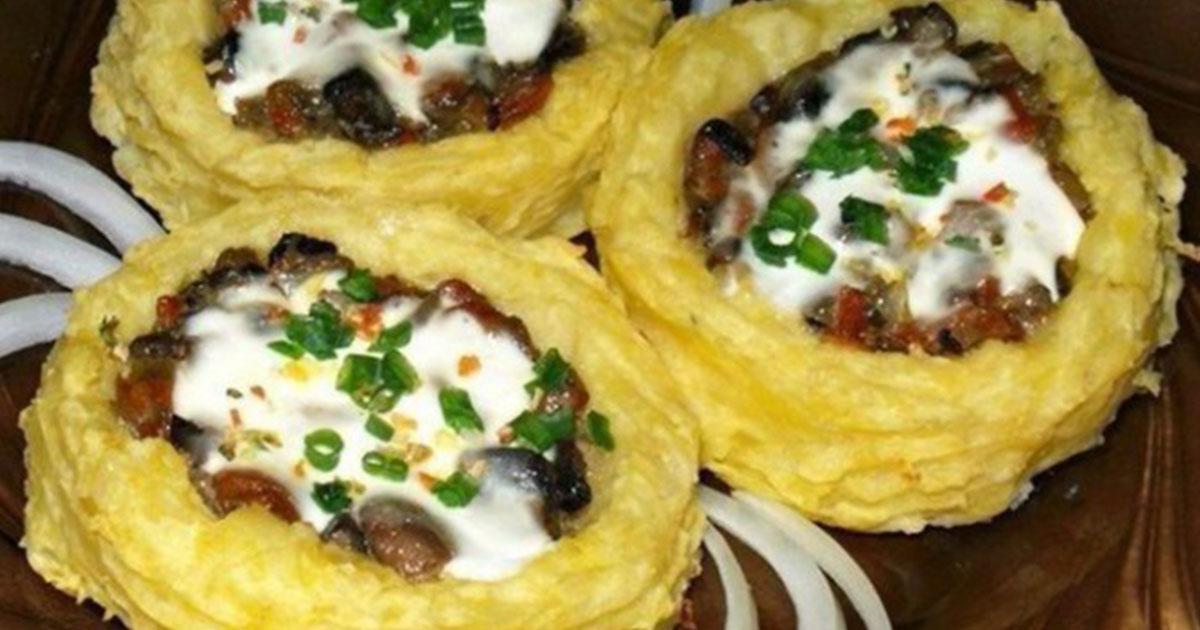 Cuib de cartofi cu ciuperci și usturoi în sos de smântână
