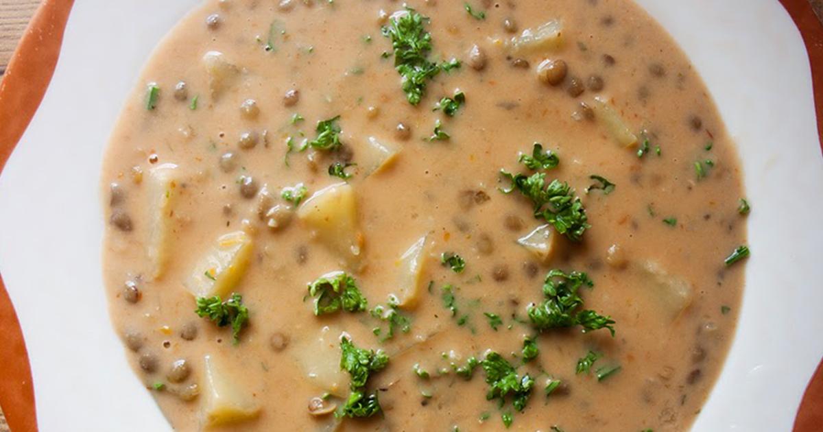 Cum se prepară supa de linte și cartofi, o rețetă veche de la bunici