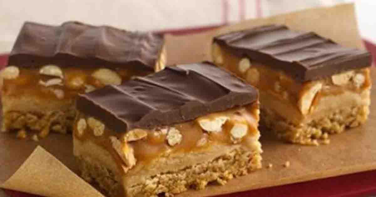Prăjitura Snickers. Are un gust divin, un blat fin cu nucă, ciocolată albă, ciocolată neagră si caramel delicios cu alune
