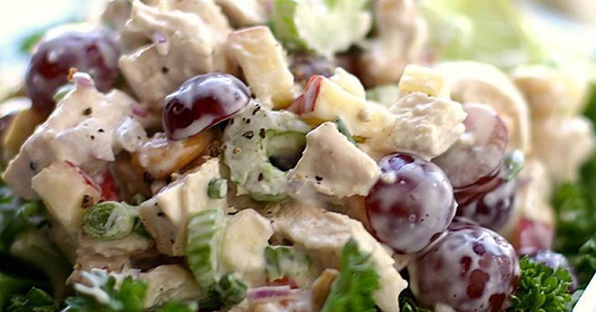 Salată de pui cu struguri și mărar