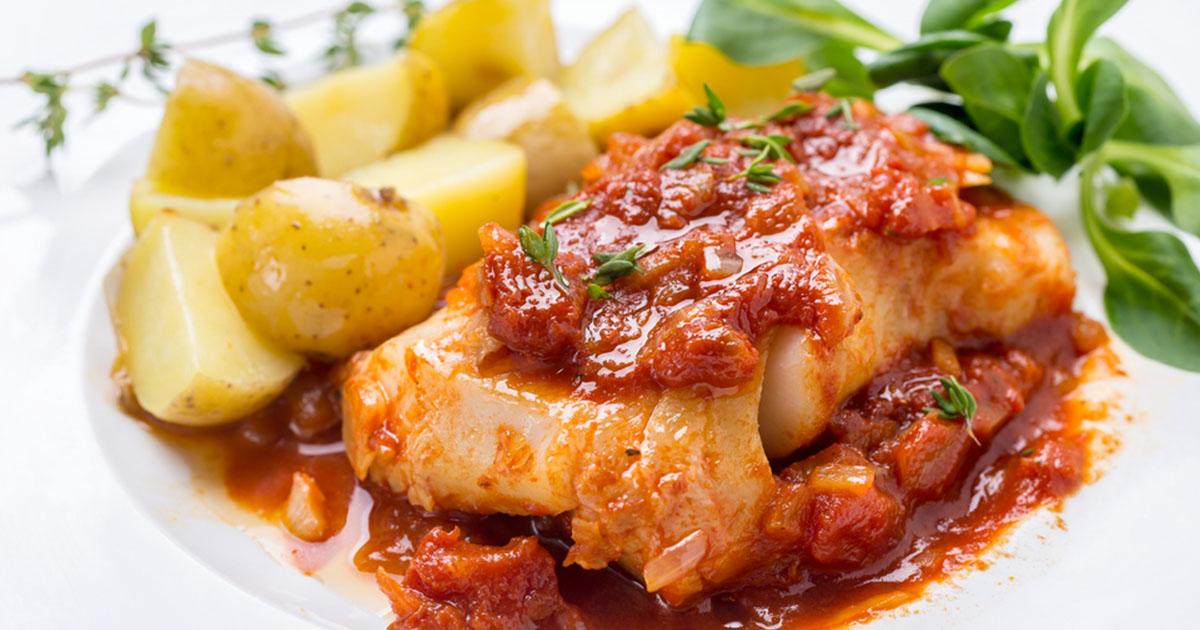 Cod la cuptor cu sos de roșii și legume