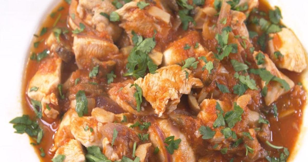 Pui cu ciuperci și usturoi în sos roșu