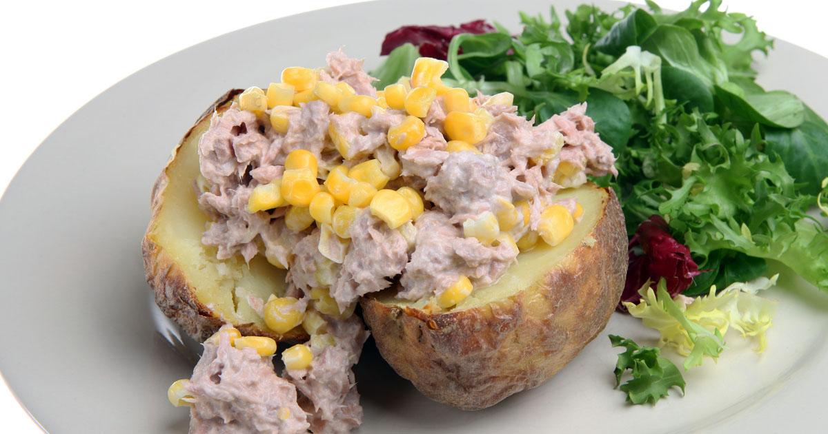 Salată de ton cu cartofi copți și porumb