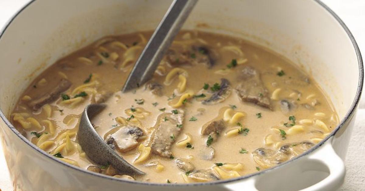 Supă cremă de ciuperci cu carne de vită și noodles. O combinație de gusturi absolut delicioasă
