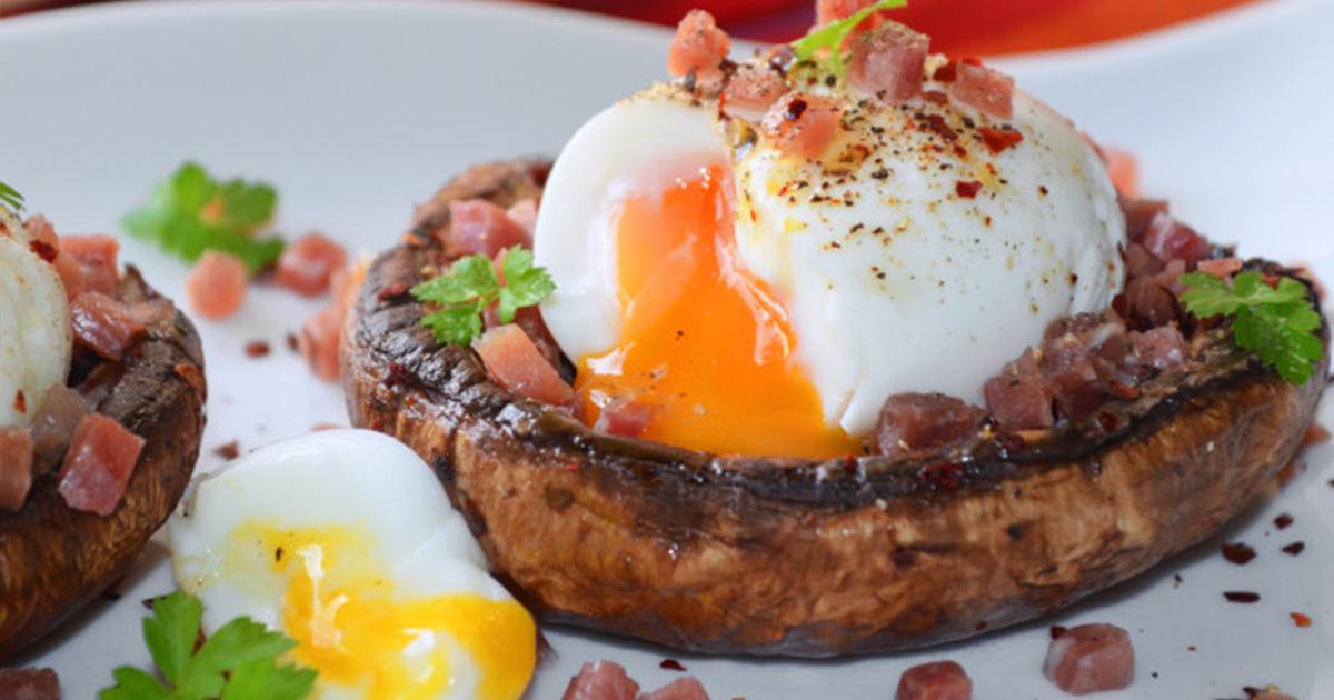 Aperitiv de ou pe pat de ciuperci asezonat cu șunculiță și legume