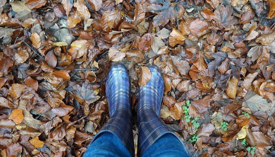 Cum porți cizme de cauciuc în ținute cu stil