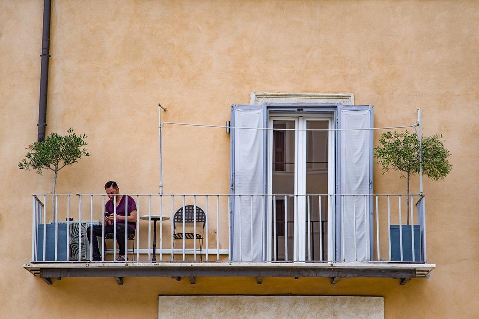 5 idei pentru a transforma balconul într-un spațiu de relaxare
